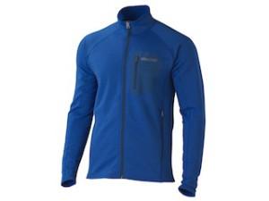 Lieber blau angezogen, als blau rumstolpern. Marmot bietet mit dem Ansgar Jacket hochwertiges Fleece von Polartec an.  Foto (c) Marmot