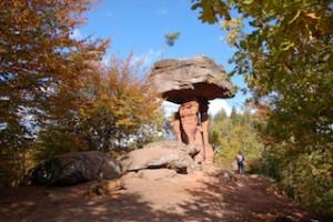 Der Teufelstisch bei Hinterweidenthal zieht die Besucher vom Pfälzer Wald an. Unterhalb befindet sich ein sehenswerter Park für Kinder.  Foto (c) Tourist-Info-Zentrum Pfälzerwald/ Urlaubsregion Hauenstein