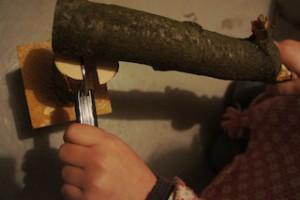 Mit roher Gewalt spalten wir das Holz für unseren Briefbeschwerer.  Foto (c) kinderoutdoor.de
