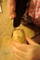 Nun sägen wir die Schildkröte, unserem späteren Briefbeschwerer, ihre Konturen aus.  Foto (c) kinderoutdoor.de