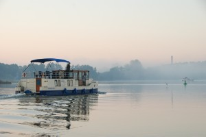 Abenteuer pur! Mit dem Hausboot und der ganzen Familie auf der Müritz schippern.  Foto (c): Christin Drühl