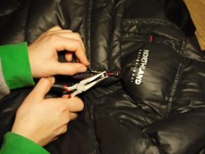 Mit der Zange eilt Ihr der Outdoorbekleidung zur Hilfe. Einfach mal den Schieber vom Reißverschluss drücken.  foto (c) kinderoutdoor.de