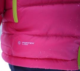 Um die Daunen vor Feuchtigkeit zu schützen hat Bergans beim Down Youth Girl Jacket auf Pertex Classic als Außenmaterial vertraut. Wie Ihr selbst seht perlt der Regen perfekt ab.  Foto (c) kinderoutdoor.de