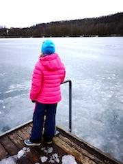 Die Bergans Daunenjacke für Kinder Down Youth Girl Jacket hält an Tagen mit sibirischen Temperaturen angenehm warm.  Foto (c) kinderoutdoor.de
