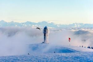 Und abheben! Snowkiten ist am Feldberg total angesagt.  Foto graf © Achim Mende