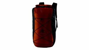 Außendienst: Am UL Dry Pack lässt sich außen eine Jacke oder Handtuch zum Trocknen befestigen.  Foto (c)  Oase Outdoors ApS