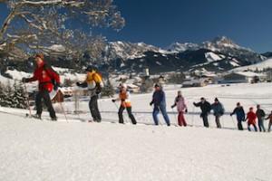 Mit Schneeschuhen durchs Tannheimer Tal. Auch Kinder können hier mitwandern.  Foto (c) Tannheimer Tal