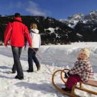 Von Dorf zu Dorf lässt es sich im Tannheimer Tal auch im Winter gut wandern.   Foto (c) Tannheimer Tal