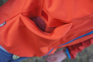 Große Taschen gefielen unserer Testerin bei der Salewa Softshelljacke. Foto (c) kinderoutdoor.de