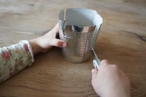 Um einen Minigrill zu bekommen, schneidet Ihr die Wand der Dose in vier gleich große Teile. foto (c) kinderoutdoor.de