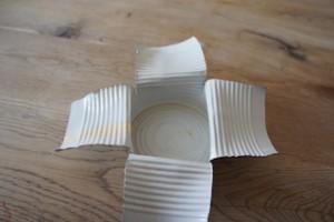 Das ist nicht Origami für Experten, sondern unser Minigrill, der zu 99 % fertig ist. Noch haben wir vier Minuten Zeit.  Foto (c) Kinderoutdoor.de