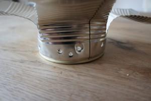 Jetzt noch die Belüftungslöcher für den Minigrill. Und? Was sagt die Uhr? Weniger als fünf Minuten, oder?! Foto (c) kinderoutdoor.de
