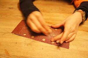 Eine feine Sache. Nachdem schnitzen geben wir dem Werkstück einen feinen Schliff.  Foto (c) kinderoutdoor.de