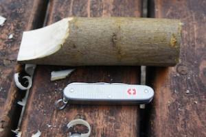 Osterhasen schnitzen ist ganz einfach: Zuerst kerben wir einen Teil vom Holz ab.  foto (c) kinderoutdoor.de