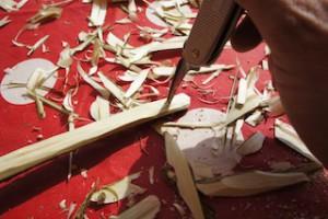 Nun bohren wir mit der Ahle beide Löcher für die Bogensehne.  Foto (c) kinderoutdoor.de