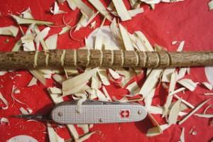 Mit der Ahle schnitzen wir den Griff vom Bogen.  Foto (c) kinderoutdoor.de