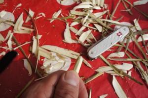 Mit dem Taschenmesser runden wir die Spitze vom Pfeil ab.  Foto (c) kinderoutdoor.de
