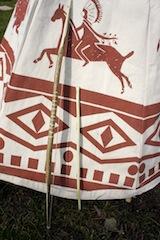 Fertig sind Pfeil und Bogen! Wo sind die Sioux? Immer den Pfeilen nach! Foto (c) kinderoutdoor.de