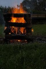Lagerfeuer gehört zum Camping, wie die Diemel zum Hofgut Stammen in Hessen. Foto (c) kinderoutdoor.de