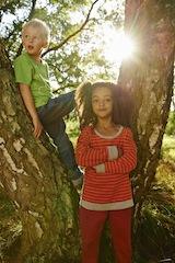 Mann mit Baum, sucht Frau mit Motorsäge. Elkline bietet auch für Kinder in diesem Jahr eine luftige und lustige Kollektion an.  foto (c) elkline. de