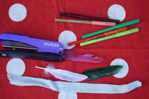 Hier ist das Ganze Material, um damit Federschmuck für die Indianer Geburtstagsparty zu basteln.  Foto (c) kinderoutdoor.de