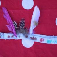 Fertig ist der Indianer Federschmuck. Die Geburtstagsparty kann losgehen.   foto (c) kinderoutdoor.de