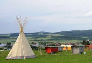 Zelten wie in Kanada oder dem Wilden Westen: Das Hofgut Hopfenburg auf der Schwäbischen Alb ist perfekt für Familien.  Foto (c) www.hofgut-hopfenburg.de