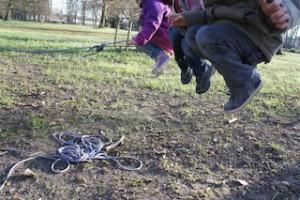 Seil schwingen spielten die Kinder auch schon vor 100 Jahren und hatten viel Freude dabei.  Foto (c) kinderoutdoor.de