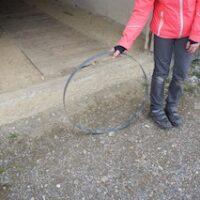 Reifen treiben ist ein altes Kinderspiel, das viel Fingerspitzengefühl verlangt.   Foto (c) kinderoutdoor.de