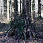 Kinder spielen im Wald Indianer