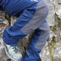 Am Felsen entlangscheuern? Kein Problem mit der elkline Waldmeister Outdoorhose.   Foto (c) kinderoutdoor.de