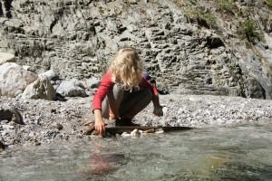 In der Kundler Klamm (Tirol) gibt es bei der Drachenwanderung genug Möglichkeiten um am Wasser zu spielen.  Foto (c) Kinderoutdoor.de