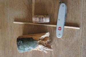 Hier ist alles was Ihr für das Wasserrad braucht. Es fehlen noch zwei Astgabeln.  Foto (c) kinderoutdoor.de