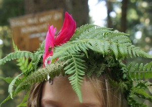 Ein Indianerkopfschmuck ist im Wald ganz schnell gebastelt.  Foto (c) kinderoutdoor.de