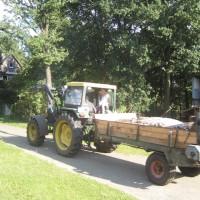 Traktor fahren gehört zum Urlaub auf dem Bauernhof, wie eine gute Packliste!  Foto (c) kinderoutdoor.de