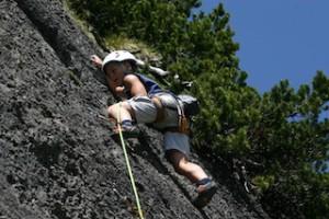 Lieber einen Stein im Brett, als eine Hand am Felsen. Kinder lernen in Tirol mit Profis klettern.  Foto (c) Tirol Werbung/Mike Gabl