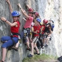 """""""Tschuldigung, ich muss da mal kurz vorbei!"""" In Tirol bekommen die Kinder gezeigt, was beim Klettern am Felsen wichtig ist.   Foto (c) Tirol Werbung/Mike Gabl"""