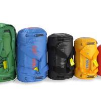 Selbst wenn die Packer am Gepäckband wie Wrestler gebaut sind und so mit den Koffern umgehen: Die Tatonka Barrel Taschen sind nur schwer klein zu kriegen.  Foto (c) Tatonka