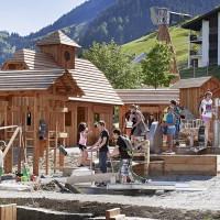 Typischer Familienurlaub in Graubünden? Im Reka Feriendorf Disentis, steht alles im Zeichen des Goldes. Gold wert ist auch der tolle Abenteuerspielplatz.  Copyright: Schweizer Reisekasse (Reka)