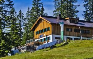 Wunderbar liegt die familienfreundliche Gufferthütte. Um die Hütte sind viele Spielmöglichkeiten in der Natur.  Foto (c) Petra und Thomas Meyer, Gufferthütte