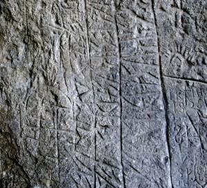 Mysteriös sind die rätischen Inschriften bei der Gufferthütte.  Foto (c) Petra und Thomas Meyer, Gufferthütte
