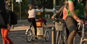 """Souveränr Überblick im Straßenverkehr! """"Die Kinder sitzen vorne und haben im Vergleich zu einem Anhänger eine günstigere Perspektive. So können die Kids die Welt entdecken und haben richtig Spaß bei jeder Fahrt,"""" meint Steffen Mebes zum Unterschied zwischen einem Transportrad und einem Fahrradanhänger.  Foto (c) michelmobil, bold"""