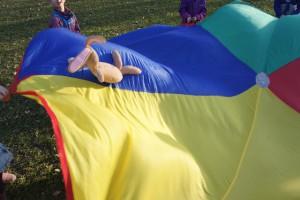 Spiele mit dem Schwungtuch begeistern die kleinen Gäste beim Kindergeburtstag. Foto (c) kinderoutdoor.de