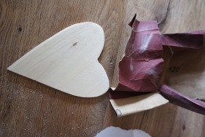 Sieht doch gleich anders aus! Gut abgeschmirgelt kommt das Herz einem Muttertagsgeschenk schon näher! Foto (c) kinderoutdoor.de
