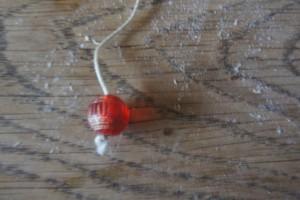 Noch die Perle am Ende der Schnur durchfädeln. foto (c) kinderoutdoor.de