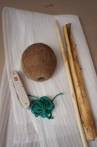 Hier ist das Material für unser Piratenschiff aus der Kokosnuss.  Foto (c) kinderoutdoor.de