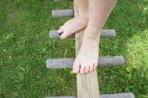 Hier sind Kinder völlig von den Socken! Barfußpfade bieten den Kindern eine ganz neue Erfahrung.  Foto (c) kinderoutdoor.de
