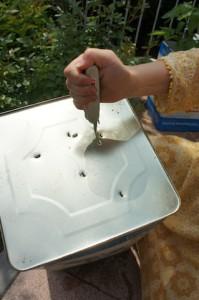 Einmal durchlöchern bitte! Mit der Ahle vom Taschenmesser stechen wir Löcher in den Boden vom Pflanzkübel. foto (c) kinderoutdoor.de