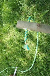 Nun fädeln wir die erste Sprosse beim Strickleiter bauen auf. Foto (c) kinderoutdoor.de