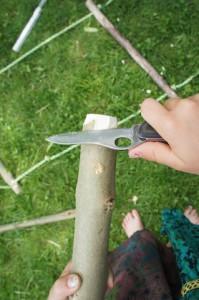 Entasten und abrunden. Auch das gehört dazu, wenn wir eine Strickleiter bauen.  Foto (c) kinderoutdoor.de